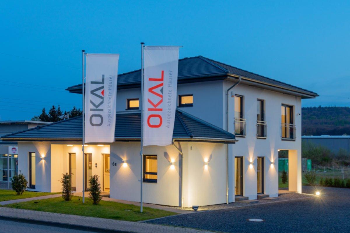 Musterhaus Arnsberg - Ein Haus, das ein Schild an der Seite eines Gebäudes hat - Fassade