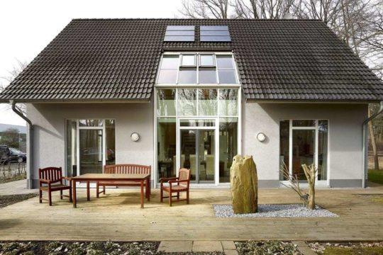 Musterhaus Svenja - Eine Bank vor einem Haus - STREIF Haus GmbH - Musterhaus Kamen