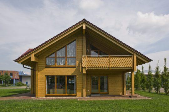 Haus Havelland - Ein kleiner Glockenturm vor einem Haus - Holzhaus