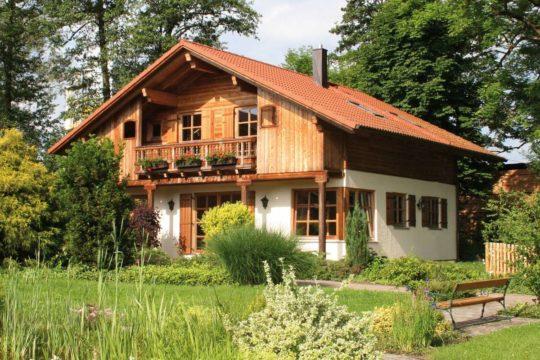 St. Johann - Ein haus mit büschen vor einem gebäude - Haus