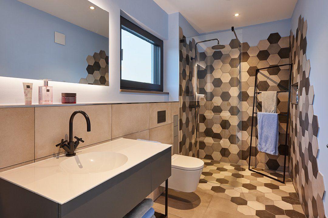 Core - Ein Doppelwaschbecken und ein großer Spiegel - Bad
