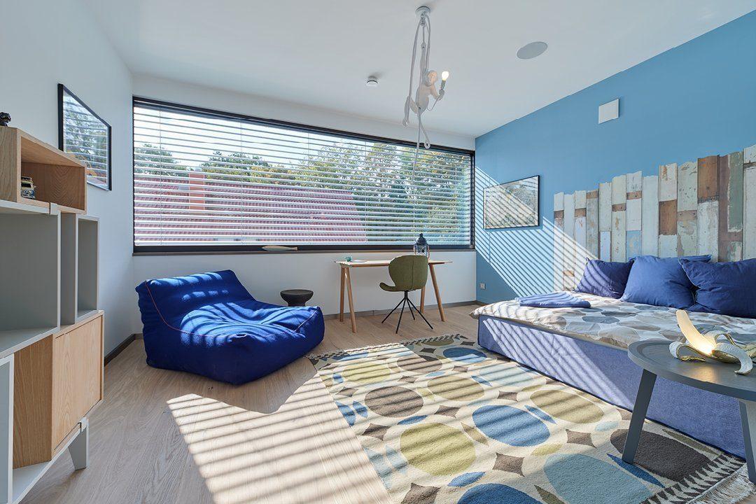 Core - Ein Schlafzimmer mit einem Bett und einem Stuhl in einem Raum - Schlafzimmer