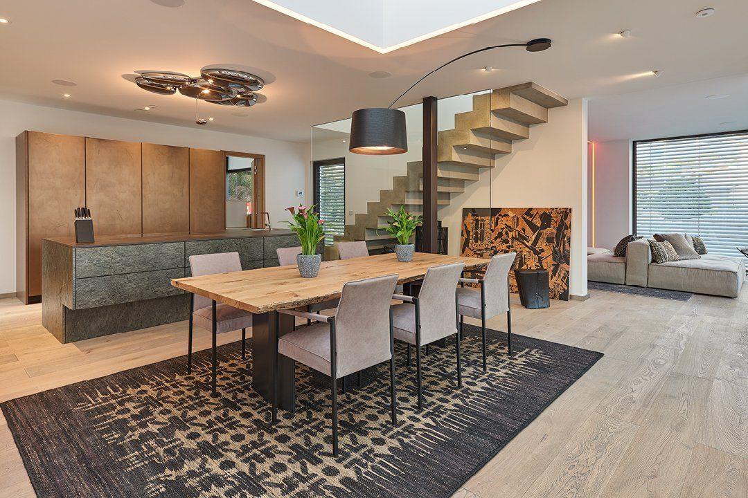 Core - Ein Wohnzimmer mit Möbeln und einem Tisch - Luxhaus