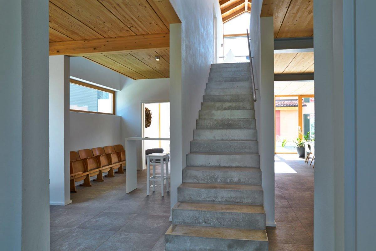 Musterhaus Suhr - Ein Zimmer mit Holzboden - / m / 083vt
