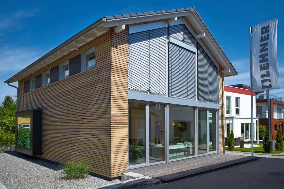 Musterhaus Suhr - Ein großes Backsteingebäude - Holzhaus