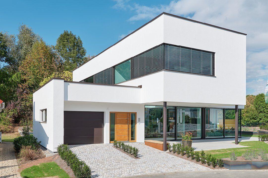 Core - Ein großes Backsteingebäude mit Gras vor einem Haus - Luxhaus