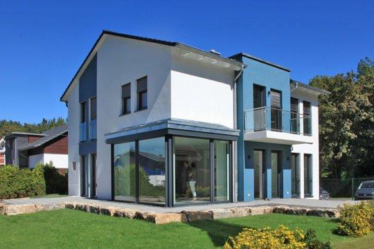 Musterhaus Bad Vilbel - Eine große Wiese vor einem Haus - Haus