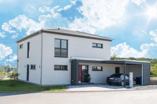Haus Bitburg - Ein Haus, das an der Seite eines Gebäudes geparkt ist - Haus