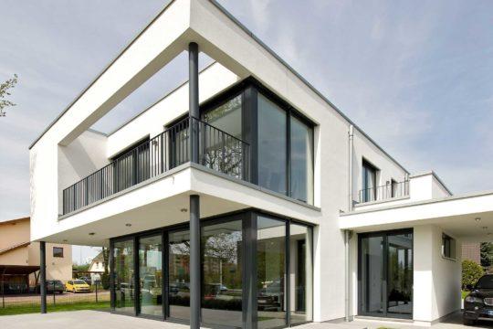 Musterhaus Eiche - Ein großes weißes Gebäude - Bauhaus