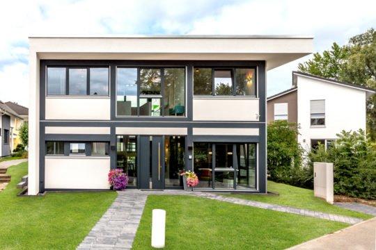 Musterhaus Fusion - Eine Bank vor einem Gebäude - Haus
