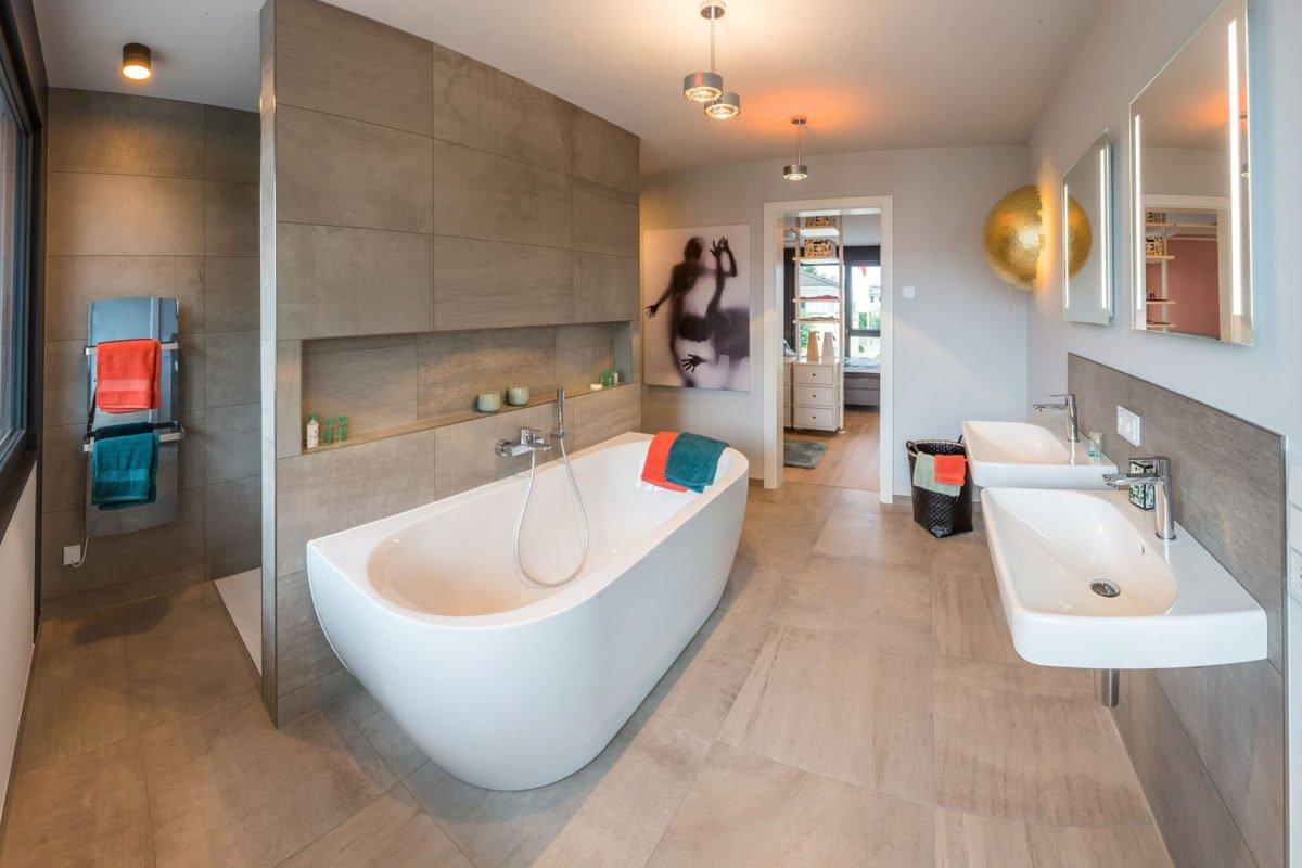 Musterhaus Fusion - Ein zimmer mit waschbecken und spiegel - Interior Design Services