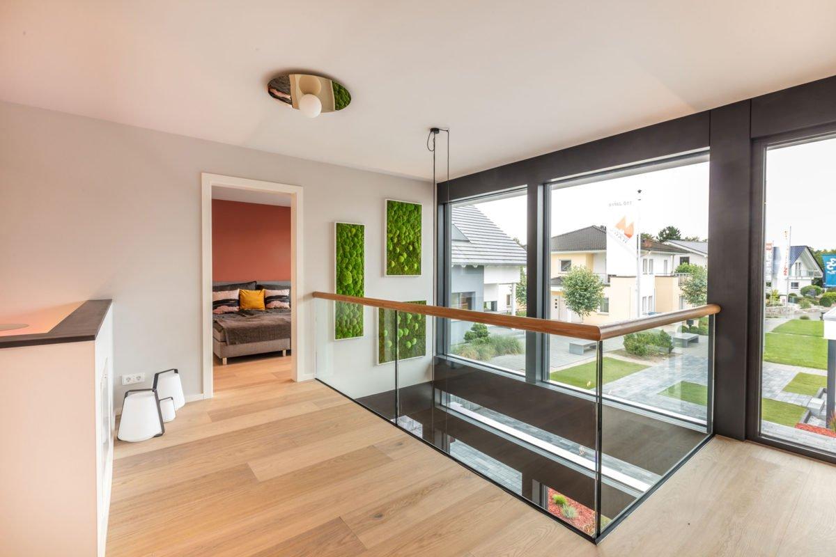 Musterhaus Fusion - Eine Ansicht eines mit Möbeln gefüllten Wohnzimmers und eines großen Fensters - Interior Design Services