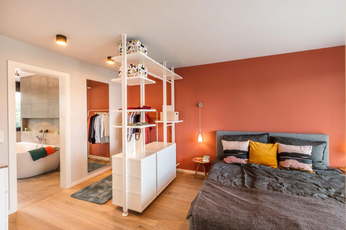 Musterhaus Fusion - Ein Schlafzimmer mit einem Bett in einem Raum - Interior Design Services