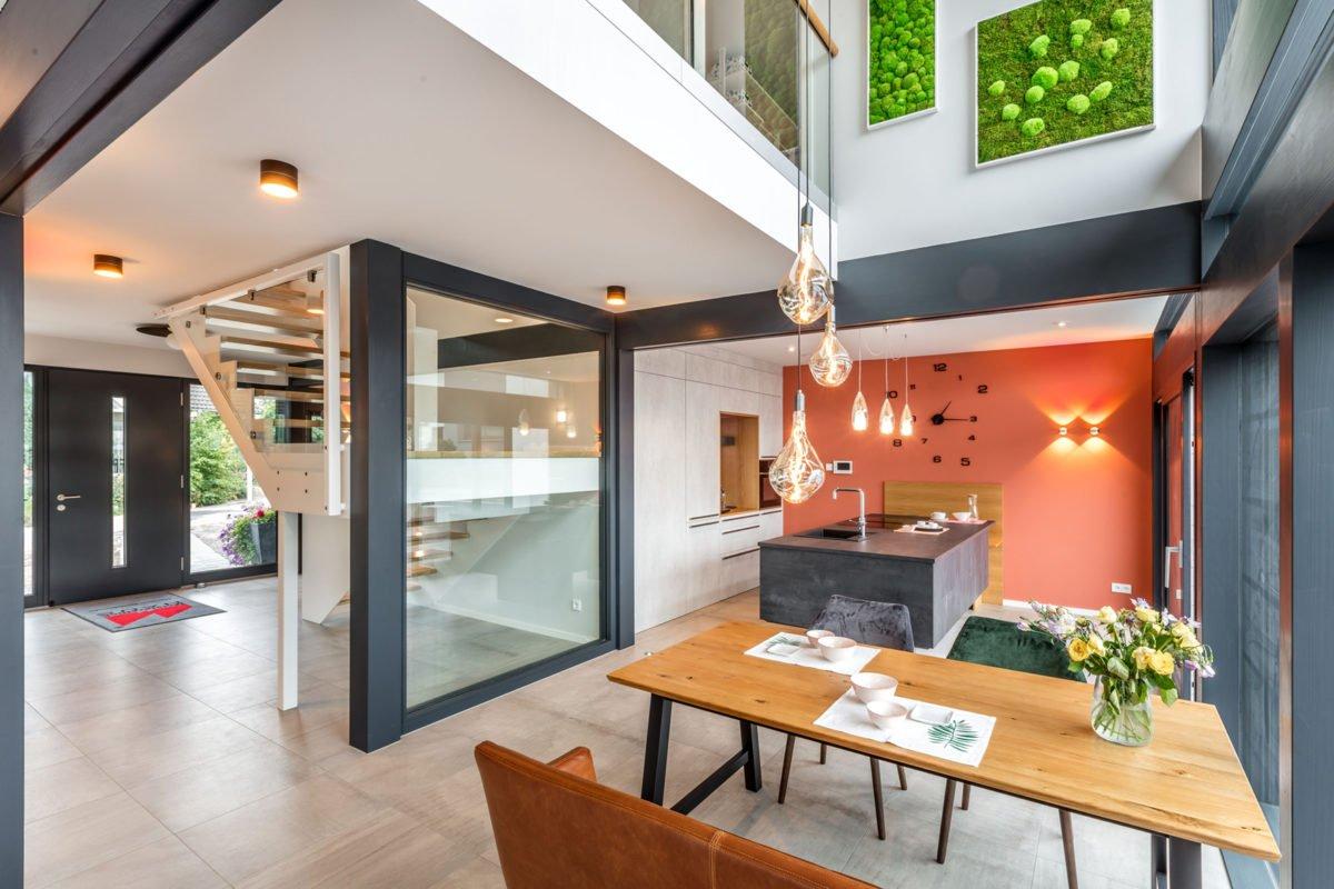 Musterhaus Fusion - Ein Esstisch vor einem Gebäude - Die Architektur
