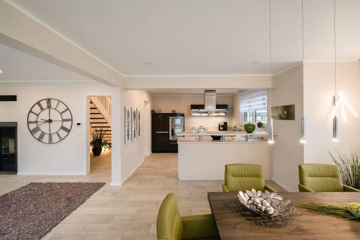 Musterhaus Modena - Ein Wohnzimmer mit Möbeln und einem Tisch - Haus