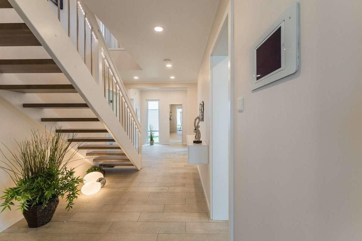 Musterhaus Modena - Ein großes weißes Gebäude - Treppe