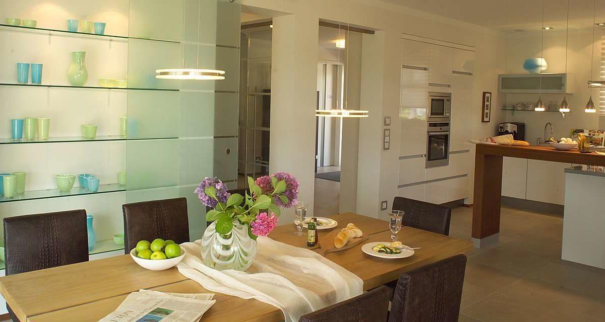 Musterhaus in Langenhagen-Hannover - Ein Raum voller Möbel und Blumenvasen auf einem Tisch - Haus