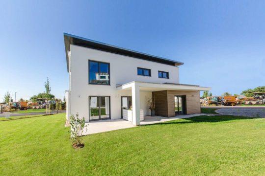 Musterhaus CubeX - Ein Haus mit einer Wiese - Fischer GmbH & Co. KG
