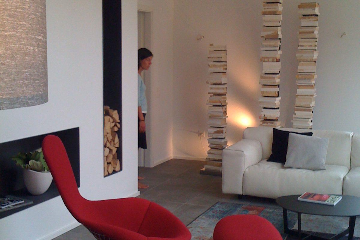 Musterhaus Suhr - Ein großer roter Stuhl in einem Raum - Home Expo Suhr