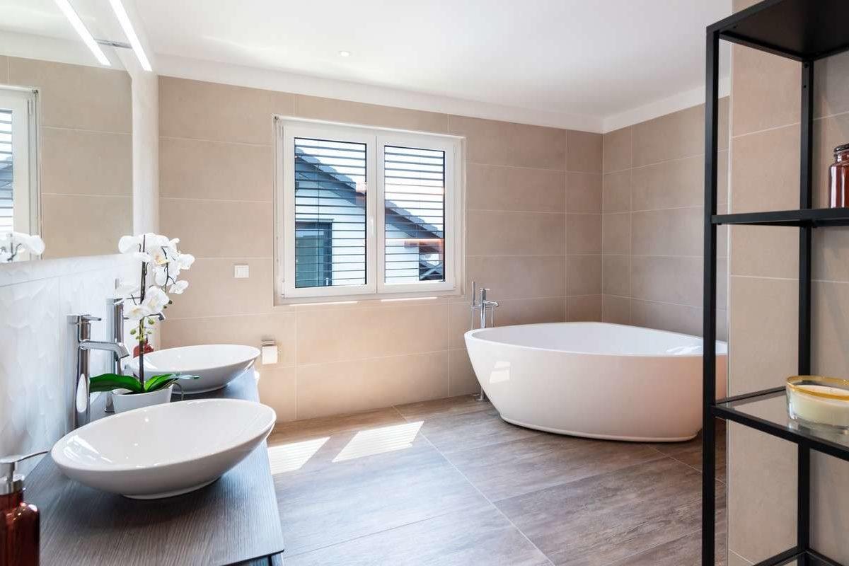 Musterhaus Victoria - Eine große weiße Wanne neben einem Fenster - Bad