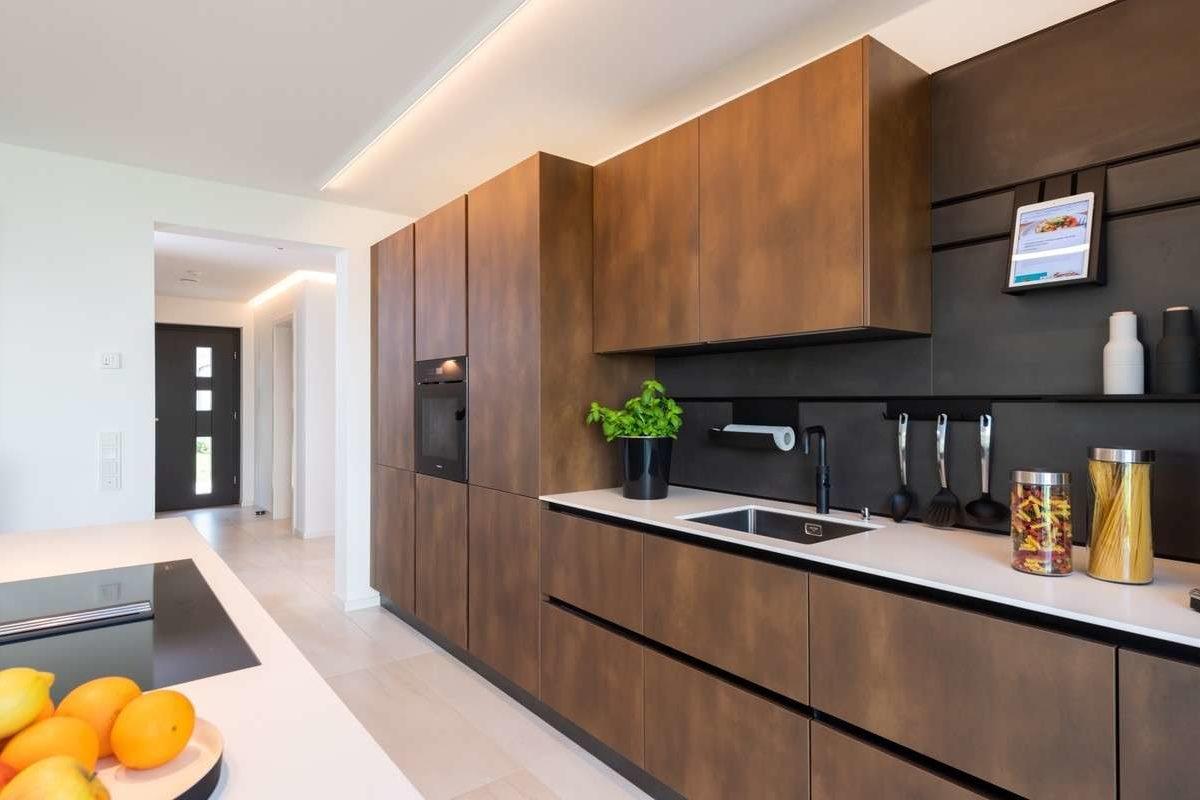 Musterhaus Victoria - Eine moderne Küche mit Edelstahlgeräten - Küche