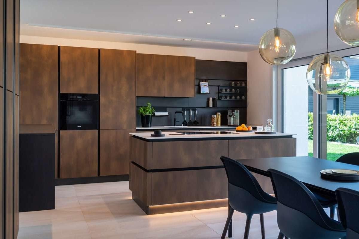 Musterhaus Victoria - Eine Küche mit einem Esstisch - Küche