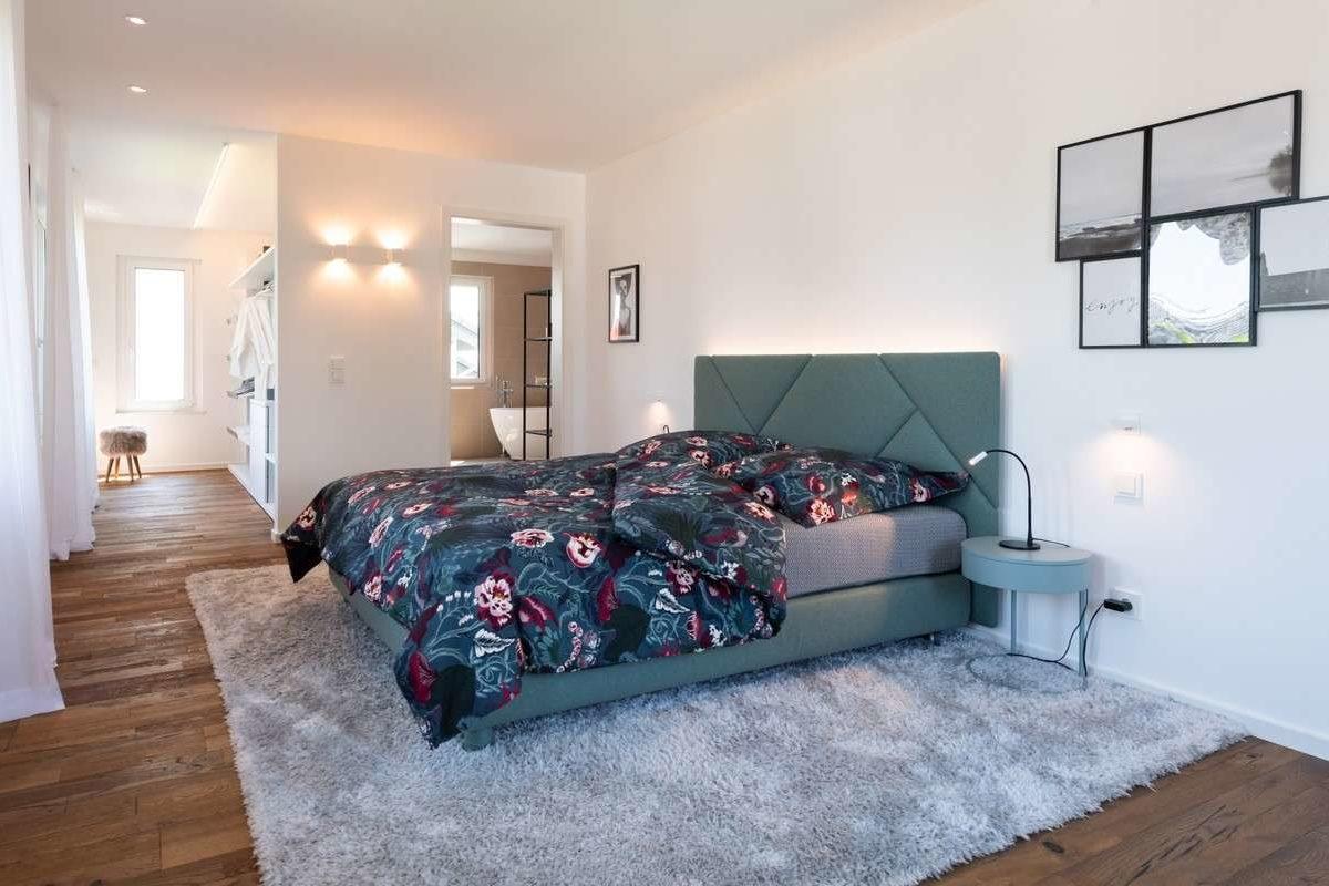 Musterhaus Victoria - Ein Schlafzimmer mit einem Bett in einem Raum - Schlafzimmer