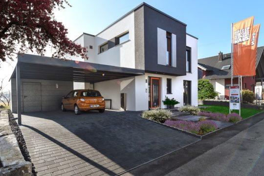 Musterhaus Fellbach - Ein Haus, das am Straßenrand geparkt ist - Haus