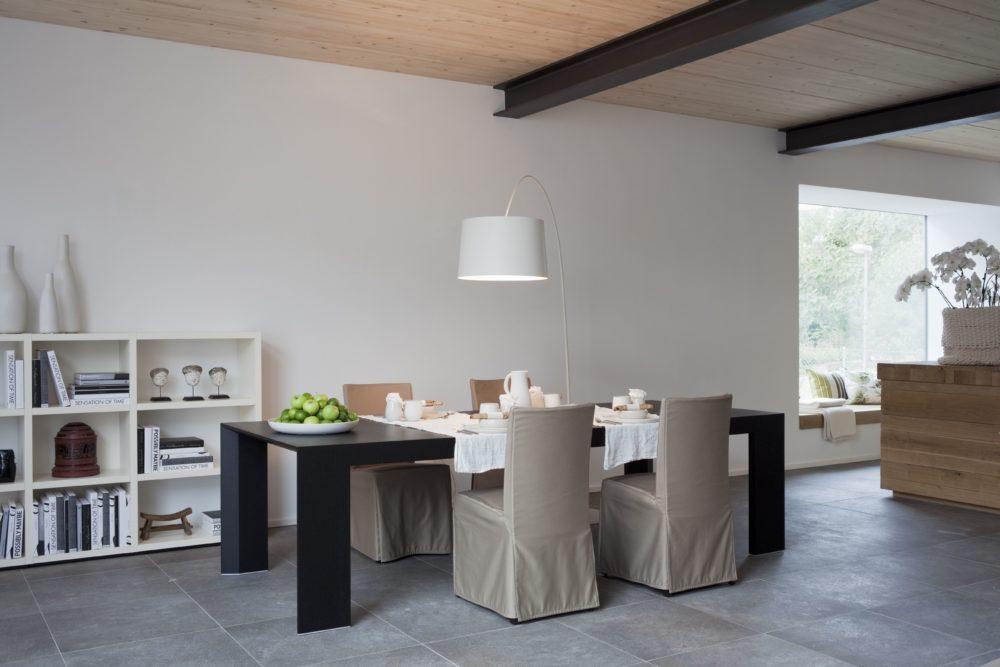 Musterhaus Suhr - Ein Wohnzimmer mit Möbeln und einem großen Fenster - Home Expo Suhr