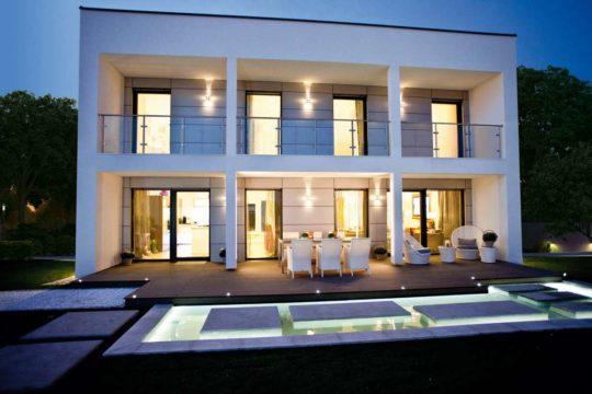 ELK 220 Effizienzhaus 40 - Ein großes weißes Gebäude mit einem Fenster - ELK Fertighaus GmbH