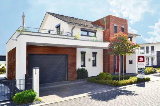 Musterhaus Köln - Ein Haus, das an der Seite eines Gebäudes geparkt ist - Haus