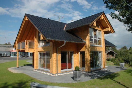 Haus Sommerwiese - Ein haus mit rasen vor einem gebäude - Holzhaus