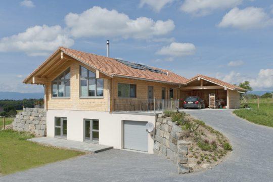 Holzhaus Sunnsite - Ein Haus an der Seite eines Gebäudes - Holzhaus