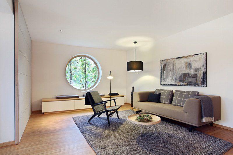 Skandinavische Variante - Ein Wohnzimmer mit Holzboden - Wohnzimmer