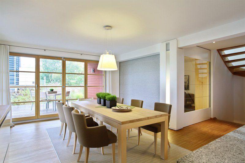 Skandinavische Variante - Ein Blick auf ein Wohnzimmer mit Holzboden - Esszimmer