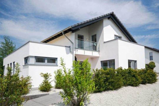 Musterhaus Bad Vilbel - Ein Haus, das an der Seite eines Gebäudes geparkt ist - Haus