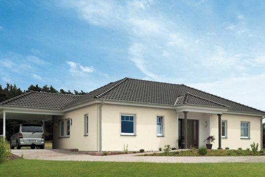 Bungalow 133 - Ein großes Backsteingebäude mit Gras vor einem Haus - Bungalow