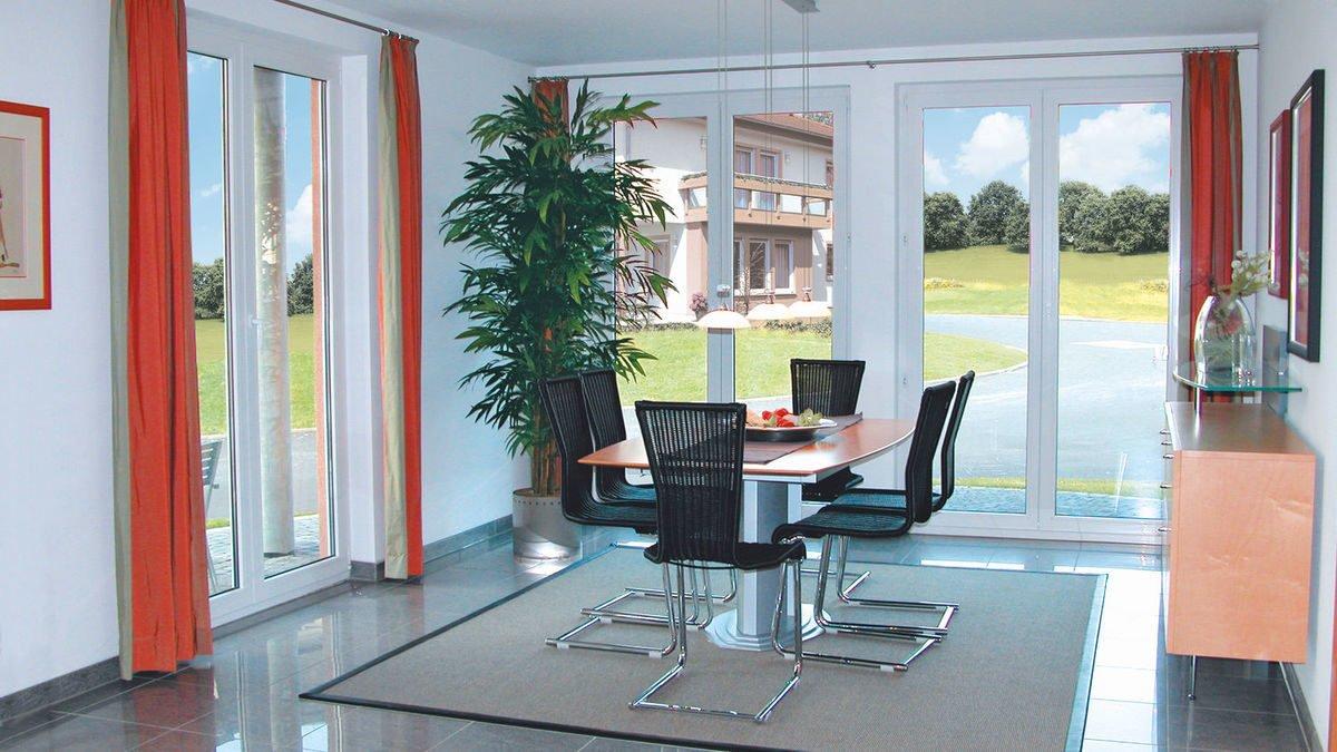 Evolution Frankfurt - Ein Wohnzimmer mit Möbeln und einem großen Fenster - Interior Design Services