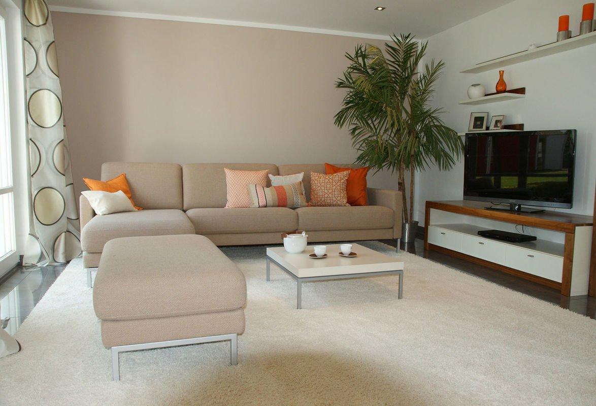Musterhaus Bad Vilbel - Ein Wohnzimmer mit Möbeln und einem Flachbildfernseher - Bad Vilbel