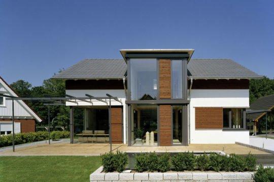 Design 168 - Eine große Wiese vor einem Haus - Holzhaus