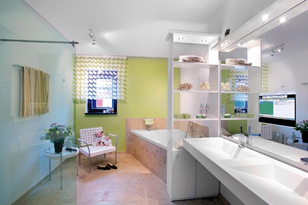 Musterhaus in Suhr - Ein zimmer mit waschbecken und spiegel - Suhr