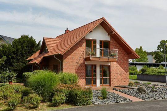 Musterhaus Sabrina - Ein Haus mit einem roten Backsteingebäude - Haus