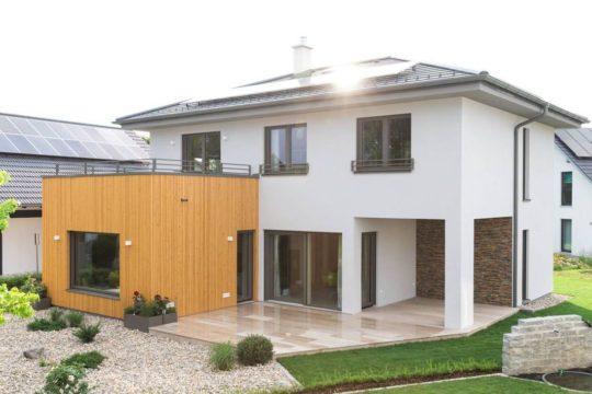 Ambition 157 W - Eine große Wiese vor einem Haus - Haus