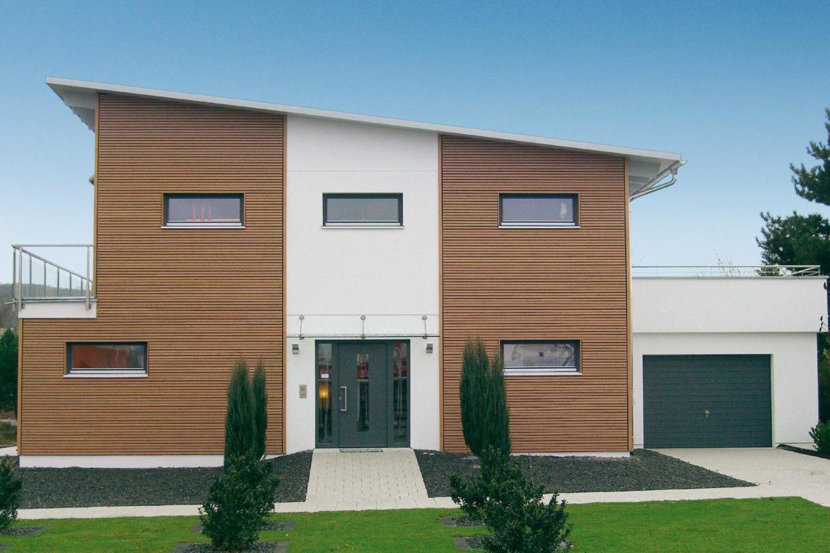 Plan E 15-214.1 - Ein großes Backsteingebäude mit Gras vor einem Haus - Haus