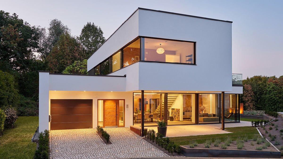 Core - Ein Haus, das ein Schild an der Seite eines Gebäudes hat - Luxhaus