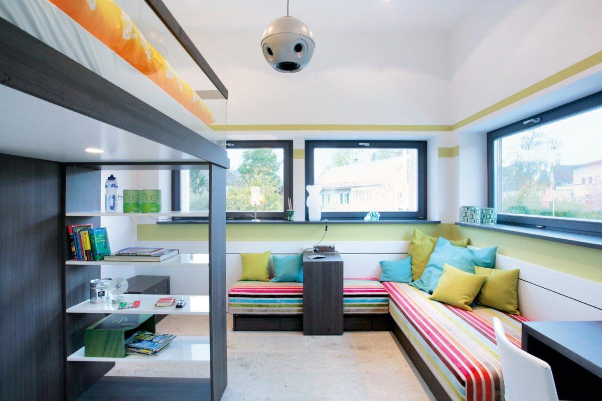 Musterhaus in Suhr - Ein Wohnzimmer mit Möbeln und einem großen Fenster - Interior Design Services