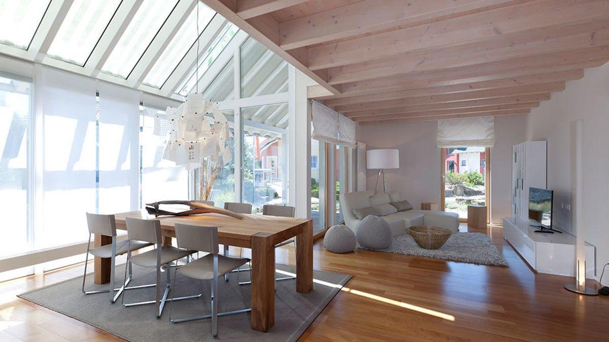 Musterhaus Fellbach - Ein Esstisch vor einem Fenster - Haus
