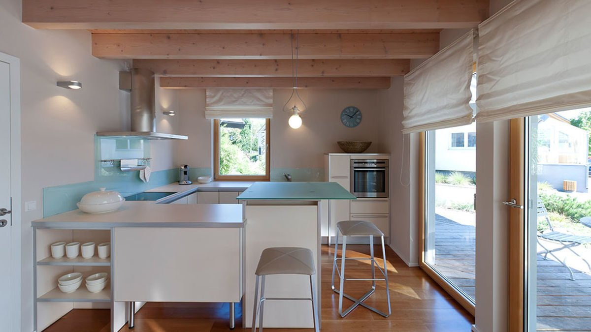 Musterhaus Fellbach - Ein Raum voller Möbel und ein großes Fenster - Küche