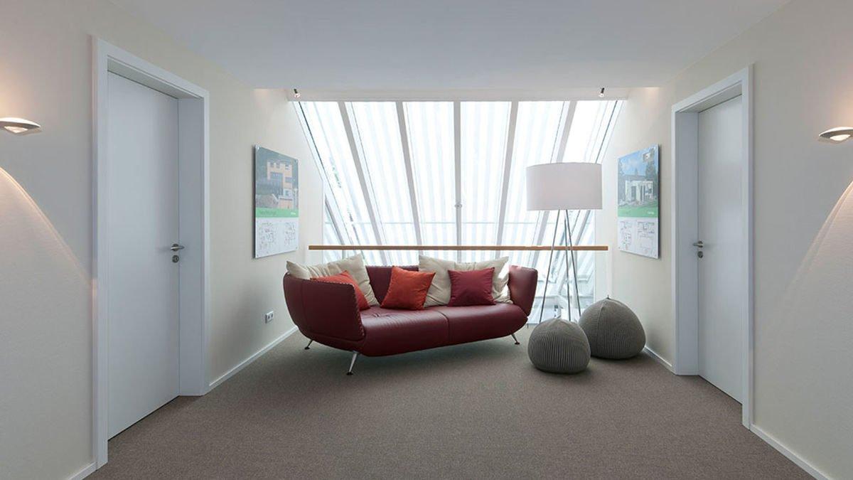 Musterhaus Fellbach - Ein blick auf ein wohnzimmer mit rotem boden - Interior Design Services