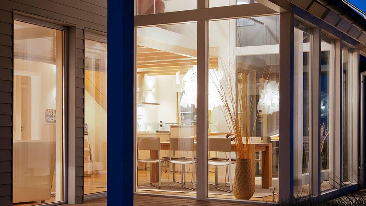 Musterhaus Fellbach - Eine Glastür eines Gebäudes - OKAL GmbH